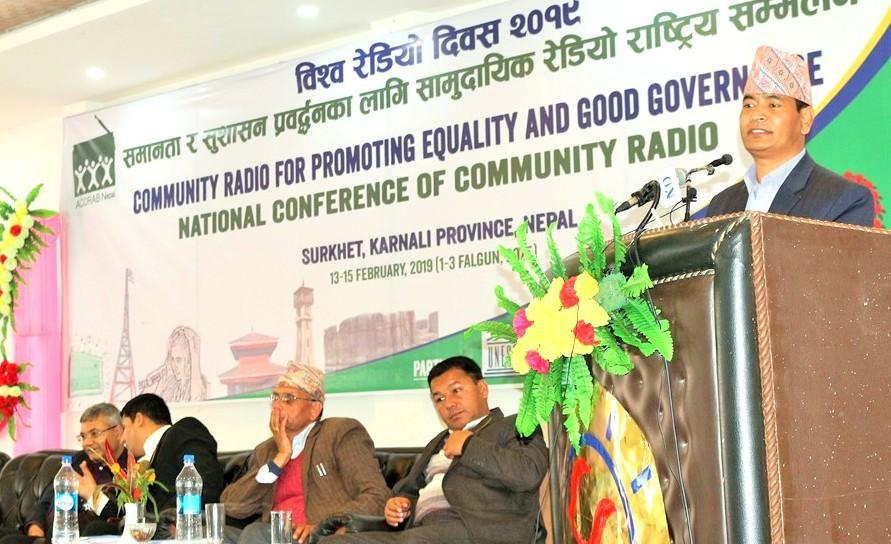आठौँ विश्व रेडियो दिवसका अवसरमा सुर्खेतको वीरेन्द्रनगरमा आयोजित सामुदायिक रेडियो सम्मेलनलाई सम्बोधन गर्दै कर्णाली प्रदेशका मुख्य मन्त्री महेन्द्रबहादुर शाही ।