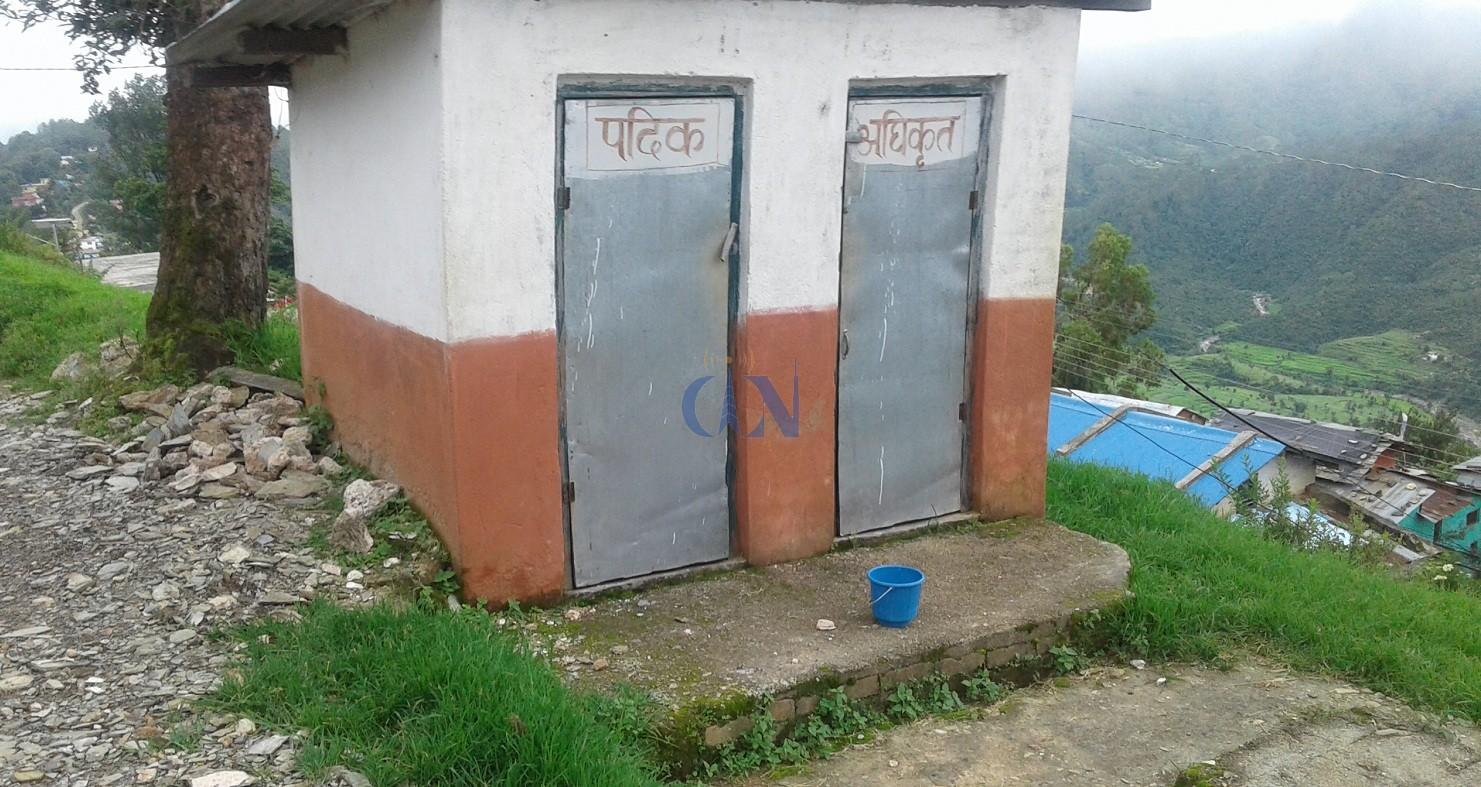 सुरक्षा निकायभित्र विभेदःडडेलधुराको अमरगढी किल्लाको सुरक्षाका लागि तत्कालीन नेपाली सेना र पछि सशस्त्र प्रहरी बसेका थिए । किल्लाभित्र सुरक्षाकर्मीका पद र तह अनुसारका लागि बनाइएको शौचालय ।